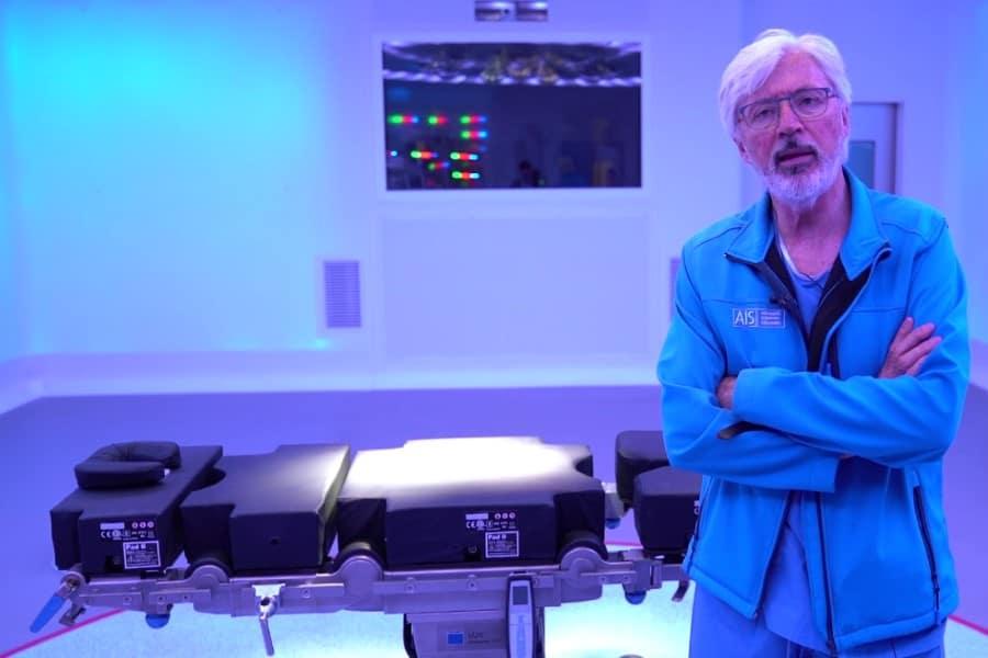 Dr. Antonio de Lacy de AIS Channel en el quirófano Optimus